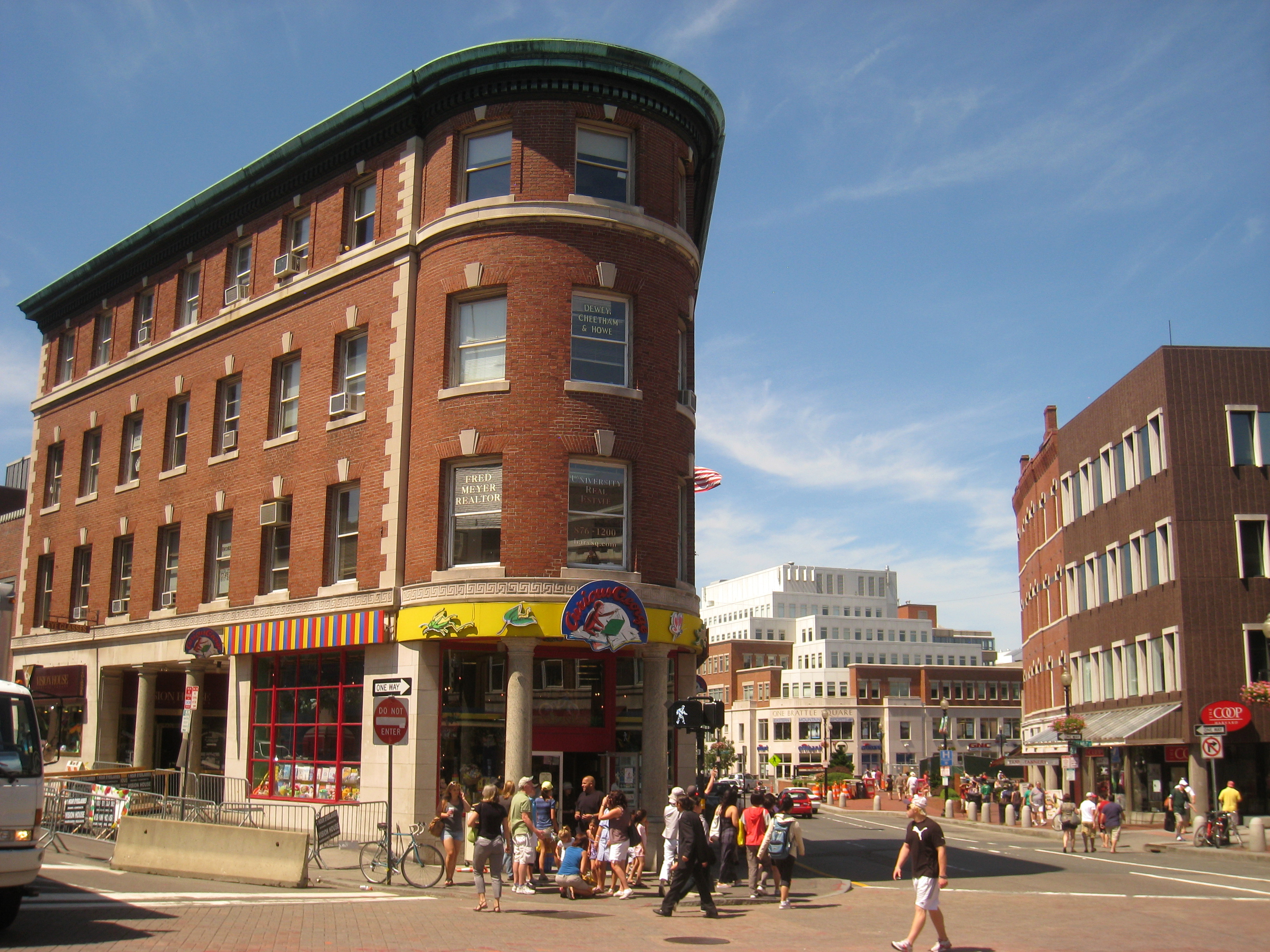 Apartments for Rent in Harvard Square, Cambridge, MA Located in the historic heart of Cambridge, Harvard Square has served the community as a revered gathering place since Residents and visitors alike flock to Harvard Square to peruse the many bookstores, coffee houses, art theaters, fine restaurants, and eclectic shops.